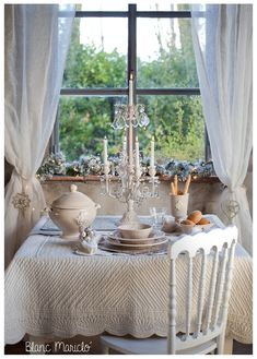 shabby chic and country chic table setting Cortinas Shabby Chic, Rideaux Shabby Chic, Shabby Chic Curtains, Shabby Chic Bedrooms, Shabby Chic Furniture, Sheer Curtains, Country Chic Cottage, Romantic Cottage, Romantic Homes