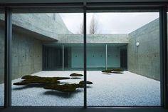 元美術館をリノベーションした、愛媛県松山市のホテル「瀬戸内リトリート 青凪」のご紹介です。安藤忠雄さんが監修しており、全7室というミニマルでラグジュアリーな空間。建築、食事、中に降り注ぐ光もアート。温泉ジャグジーやサウナが貸切利用でき、本格リゾートスパも楽しめます。2