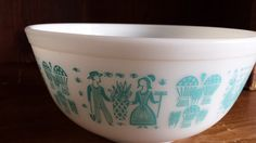 Are you missing this piece?  Did you want to use this piece to start your own vintage Pyrex collection?  Pyrex is a timeless classic that people love to collect, and still find useful!  This beautiful bowl in the blue Butterprint Style with the lovely Amish farm scene images surrounding is in terrific vintage condition. It is the 2.5 quart bowl in the Butterprint collection.   There are no chips or cracks, and only a faint hint of dirt around the base which would need a little elbow grease…