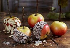 Glaserte epler med kokos og mandelflak. Oppskrift fra frukt.no. Caramel Apples, Desserts, Food, Halloween, Tailgate Desserts, Deserts, Essen, Postres, Meals