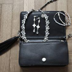 Collana con strass bianchi e hardware color argento.  Lunghezza: 37 cm
