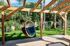 Terrasse mit Schaukel und Glasdach: Mehr Inspirationen für Ihre Garten Oase finden Sie bei TulpenBaum Holzbau & Gartenbau. Hanging Chair, Inspiration, Design, Furniture, Home Decor, Glass Roof, Horticulture, Ideas, Pictures