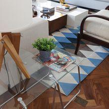 Tapete geométrico na sala de estar de Renata Romeiro - Viva Decora
