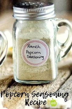 DIY Easy Popcorn Seasoning thats healthy and simple to make! A delicious gourmet popcorn seasoning for air popped or microwaved popcorn. Flavored Popcorn, Gourmet Popcorn, Popcorn Bar, Popcorn Recipes, Popcorn Flavours, Pretzel Recipes, Healthy Popcorn, Homemade Spice Blends, Homemade Spices