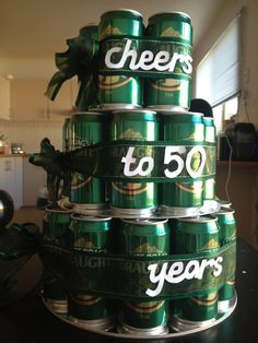 El cumpleaños número 50 es un hito único en la vida que marca medio siglo completo de vida y experiencia. Si tienes que celebrarle el cumpleaños a un hombre de 50 años, cuentas con una amplia variedad de ideas fuera de lo común para organizar su cumpleaños más memorable que haya tenido.Piensa en los pequeños