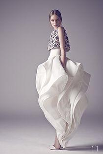 Robe de mariée Haute Couture avec top court brodé de perles - Robe: Ashi Studio Couture, Automne-Hiver 2015 - La Fiancée du Panda blog Mariage et Lifestyle