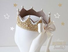DIY pearl felt birthday crown with white bow - birthday crafts, homemade felt crown. Felt Crown, Lace Crowns, Crown Template, Girls Crown, Diy Crown, Creation Couture, Birthday Crafts, Gold Lace, Felt Flowers