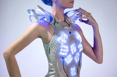 Anouk Wipprecht-Intel Edison technology that works with sensors to track the body's natural movement. Smart Textiles, E Textiles, Smart Outfit, Smart Dress, 3d Printed Dress, 3d Fashion, Fashion Design, Space Fashion, Wearable Technology