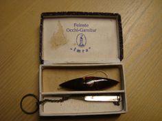 Een doosje met een oud frivolitéspoeltje en een kettinkje met haaknaald Verzamelen van oude handwerkspilletjes voor museum in wording. blog.brouwershuusken.nl