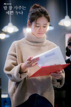 Son Ye-Jin is Yoon Jin-Ah in Pretty Noona Who Buys Me Food (Something in the Rain). Live recapping at Drama Milk! Korean Actresses, Korean Actors, Korean Girl, Asian Girl, Jin, Kdrama, Rain Fashion, Weightlifting Fairy, Korean Drama Movies