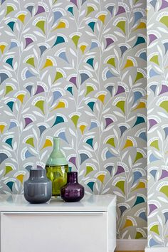 A modern take on vintage art, design wallpaper Ambira's subtle pattern colours are a perfect match for the light-olive background. Hallway Wallpaper, Retro Wallpaper, White Wallpaper, Color Verde Claro, Deco Retro, Art Deco, Inspirational Wallpapers, Cool Walls, Designer Wallpaper