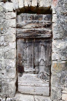 Porte, Aubrac. Victoire Meneur with character - great door
