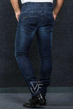 """Jeans Skinny Basic """"VF ORIGINAL BRAND"""" com aplicação de pele  Fit: Jeans deve ser vestido semi-justo na perna Pormenor: Com encaixes da marca VF   Perna: Justa Cor: Cor Azul Marca: VF - VITTOR FARIA"""