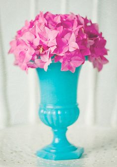 Wouldn't this turquoise vase and pink bouquet look absolutely stunning in your Shimmer and Shine genie birthday party spread?