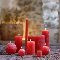 """Type de produit : objets de déco & bougies bougie cylindrique, couleur : rouge azerole, composition : paraffine colorée, matériau : paraffine. Lueur. La collection de bougie bejaia est """"l'indispensable"""" aux irrégularités si singulières qui font leur charme et leur caractère authentique. Déclinées dans différentes teintes et tailles qui ont été étudiées pour s'accorder quel que soit la combinaison choisie. Dans une lanterne ou en déclinaison sur une table, la bougie est le petit plusidé"""