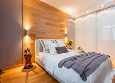 Hálószobában fantasztikusan látványos lehet a laminált padló ágy mögött sávban felrakva