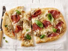 Pizza bianca eli valkoinen pizza pohjustetaan tomaattikastikkeen sijaan notkealla sulatejuustolla, joka sekä antaa makua, että mehevöittää pizzan.
