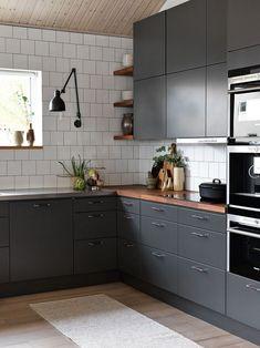 Et grått kjøkken er et moderne kjøkken. Two Tone Kitchen Cabinets, Kitchen Rug, Kitchen Countertops, Kitchen Furniture, New Kitchen, Kitchen Decor, Gray Cabinets, Kitchen Ideas, Kitchen Centerpiece