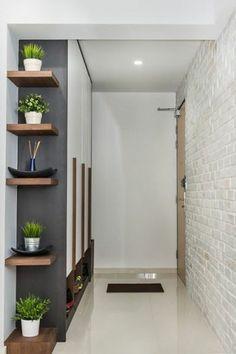 étagères d'angle en bois dans le couloir