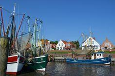Der malerische Kutterhafen in Greetsiel, mit Fischkuttern und den schmucken Giebelhäuschen.