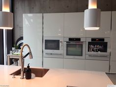 keittiö,moderni,skandinaavinen,vaalea,keittiön kaapit,keittiötaso,kodinkoneet,valaisin