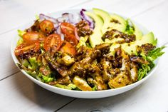 Sałatka doskonała! Miodowo - musztardowykurczak podany na sałacie z dodatkiem awokado, pomidorków i chrupiącego boczku. Jednym słowem - pyyycha! Sałatkę m