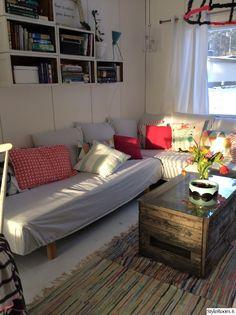 diy,värit,värit sisustuksessa,olohuone,värikäs koti,värikäs,sohva,räsymatto