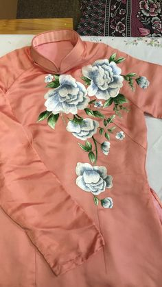 We start with the workshop-courses: learn to make sheets painted with acrylic m . Hand Embroidery Dress, Embroidery Suits Design, Embroidery Flowers Pattern, Embroidery Designs, Hand Painted Dress, Hand Painted Fabric, Painted Clothes, Dress Painting, Fabric Painting