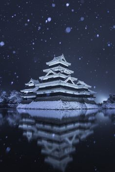 Snow in Matsumoto Castle, Nagano, Japan - Northern part of Japan's North Island - the Winter Olympics in Japan were held here. - the Castle is historic dates back to Feudal Japan, the Shoguns (Lords) of the Matsumoto Family. Japanese Temple, Japanese Castle, Japanese Landscape, Japanese Architecture, Japanese Culture, Japanese Art, Beautiful World, Beautiful Places, Visit Japan