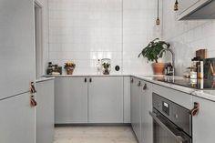 Dans cette cuisine, les poignées en cuir font toute la différence.