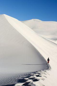 Derrière nous des routes imprécises, qui se dessinent un court instant, puis se perdent dans l'immensité - Eureka Dunes, Death Valley National Park: