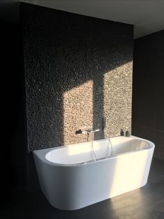Half vrijstaand bad tegen keienmuur Home Pictures, Bath Time, Living Room Designs, Small Spaces, Toilet, Sweet Home, Bathtub, Home And Garden, Bathrooms