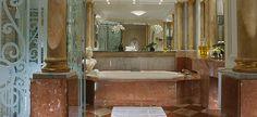 maior e mais caro quarto de hotel, com decoração no estilo clássico do século 18 e móveis autênticos da época? Assim é a suíte Royal, localizada no quinto andar do Plaza Athénéé. Por 26 mil dólares (em torno de 55 mil reais), os hóspedes têm acesso a quatro quartos, quatro banheiros, três salas de estar, uma sala de jantar para 12 pessoas e uma cozinha. /  Mármore italiano reveste o banheiro principal
