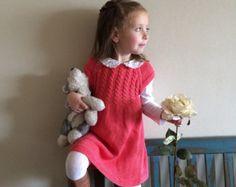 Precioso vestido de niña tejido a mano en color rojo coral. Está hecho entero de algodón. Ideal para usar en primavera y otoño solo, o en invierno con medias y camiseta.  Tallas de 3 meses a 5 años. Listos para enviar