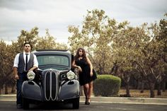 Engagement pictures with old fashioned car, bonnie and clyde style!  #oldfashioned #engagementpictures