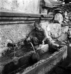 GREECE refugee from the civil war areas // David Seymour Pictures Of People, Old Pictures, Old Photos, Vintage Photos, Greece Photography, Vintage Photography, Street Photography, Guernica, Magnum Photos
