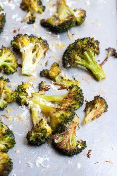 Brokkoli aus dem Backofen mit Parmesan und Zitronenjogurt - knusprig und aromatisch