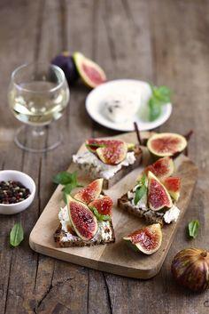 Crostinis au chèvre et aux figues fraîches. Un des antipasti minute et délicieux.