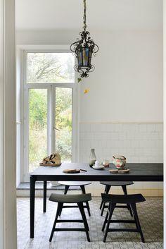 Matbordet Bok av Alain van Havre för Ethnicraft kombinerar ett lätt och elegant intryck med en ytterst solid konstruktion. Med hjälp av enkla med ändå komplexa detaljer har man skapat ett matbord som håller under lång tid, formmässigt såväl som hållbarhetsmässigt.