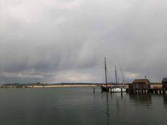 Boote im Hafen von Gager (c) Aquarell von Frank Koebsch | Wechselhaftes Wetter über der Bodden vor Gager (c) FRank Koebsch