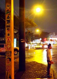 pegando stickers en la Av Pershing / Av Jv Prado, con una lluvia terrible #VivaWakaStickers