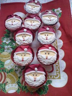 Papai noel ? cupcake!! by ataidemarcia via Flickr.