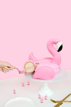 DIY Flamingo Pool Float Cake. This is one of the cutest & most creative ideas I've seen in awhile!! LOVE IT!