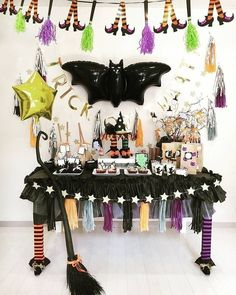Theme Party Ideas for Your Next Bash Halloween Party Snacks, Chic Halloween, Pink Halloween, Halloween Birthday, Halloween House, Holidays Halloween, Halloween Themes, Halloween Crafts, Halloween Decorations