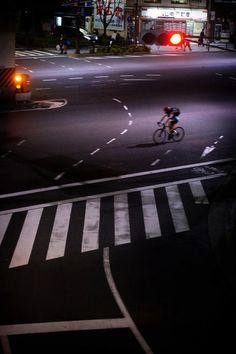The Loneliness of the Cyclist. Tokyo By Jürgen Bürgin. Night On Earth, Bike Pic, Alone In The Dark, Bike Poster, Urban Bike, Commuter Bike, Bicycle Art, Bike Style, Bike Design