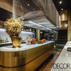 Assinado pelas designers de interiores Jéssica Santos e Vanessa Aguiar para a 26ª edição da Casa Cor RS, o espaço Raízes Cozinha Chef's Table alia o estilo francês art déco à rusticidade da madeira.