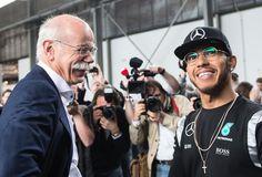 Begehrt: Der Chef der Daimler AG, Dieter Zetsche und Formel-1-Weltmeister Lewis Hamilton waren bei einem Pressetermin im deutschen Fellbach die begehrtesten Interviewpartner. Seit 2013 fährt der Brite für Mercedes und gewann zwei WM-Titel für den Rennstall. Mehr Bilder des Tages auf: http://www.nachrichten.at/nachrichten/bilder_des_tages/ (Bild: AFP)