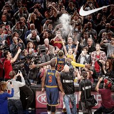 And the powder tossing comes back with the King. Lebron James Cavs, King Lebron James, King James, Cavs Basketball, Basketball Players, Lebron James Wallpapers, Cleveland Cavs, Ben Simmons, Basketball Pictures