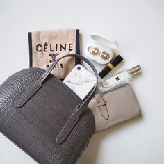 Inside My Bag, What's In My Purse, Purse Essentials, What In My Bag, Flat Lay Photography, Branded Bags, Everyday Bag, Celine, Louis Vuitton Damier