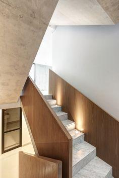 Casa en dos volúmenes - Noticias de Arquitectura - Buscador de Arquitectura Patio Interior, Interior Design, Stairway Lighting, Basement Plans, Ground Floor Plan, Location, Stairways, House Plans, Floor Plans